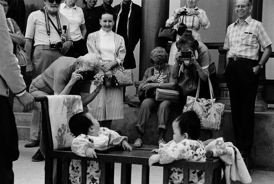 1985年,西安街头的一对双胞胎,引得外国游客纷纷举起相机拍摄。 葛新德摄