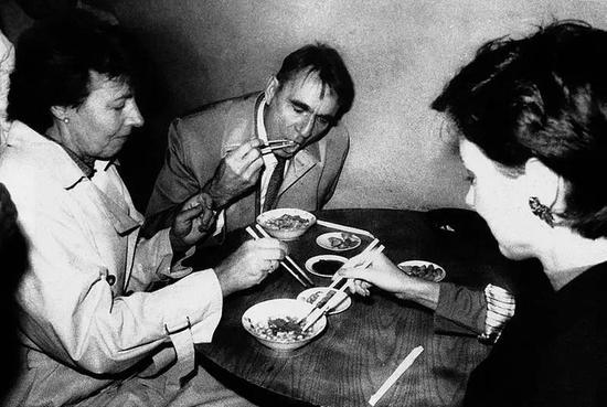 1988年10月13日,芬兰总统毛诺·科伊维斯托和夫人参观大雁塔后,前往白家牛肉泡馍馆吃泡馍。邰宗武摄