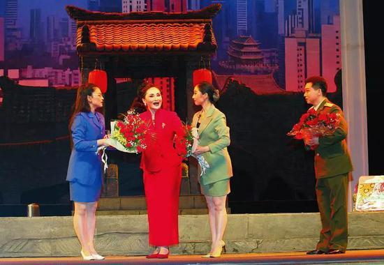 2006年7月,陕西省戏曲研究院青年团排演的大型眉户现代戏《迟开的玫瑰》荣登首都舞台,成为首个上演的全国十大晋京展演剧目。陕西日报记者 宋红梅摄
