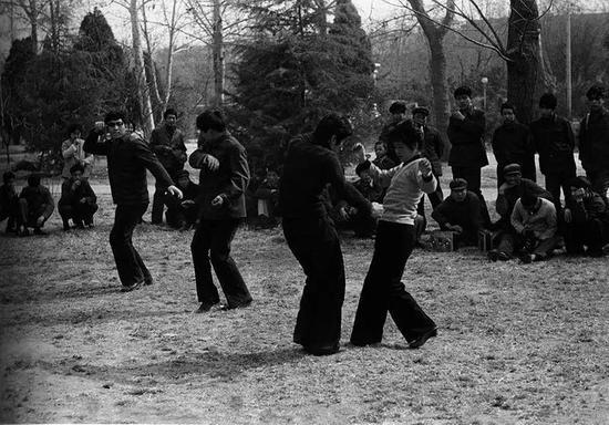 1981年,西安市民在公园跳迪斯科。胡武功摄