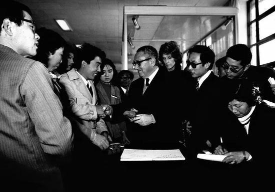 1979年,秦始皇兵马俑博物馆开馆前夕,美国前国务卿基辛格到访。 资料照片
