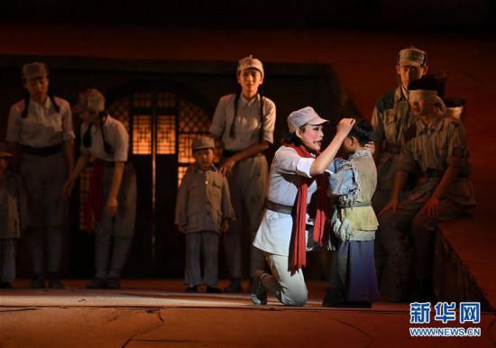 11月9日,演员在表演舞台剧《延安保育院》。 新华社记者 张博文 摄
