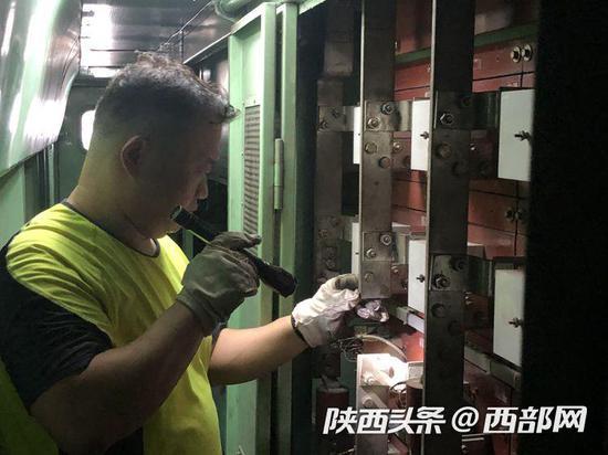 铁路检修工人正在检查。