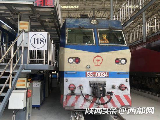 """酷似""""变形金刚""""的""""韶山""""7D型电力机车。"""