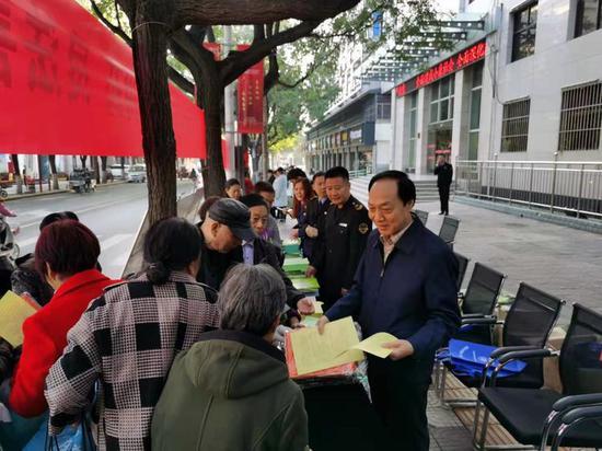 高陵区市场监管局局长张军祥为群众发放资料