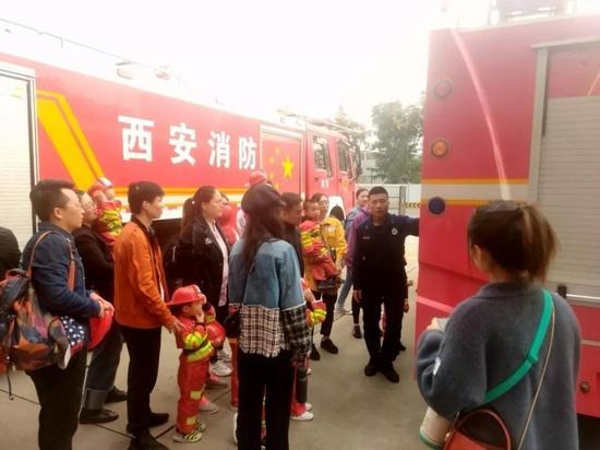 """浐灞生态区组织市民""""零距离""""体验消防 一起防患于未"""