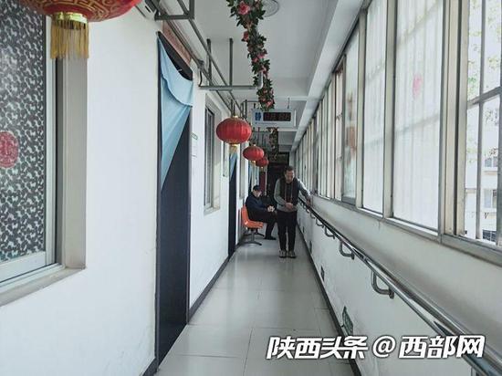不能出门,老人们只能在走廊上活动。