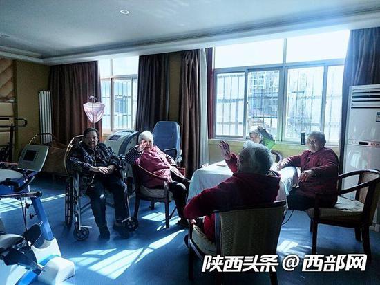 老人们在房间晒太阳。