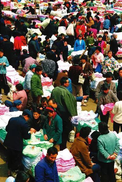 1986年,周至哑柏镇繁荣的刺绣市场。 王天育摄