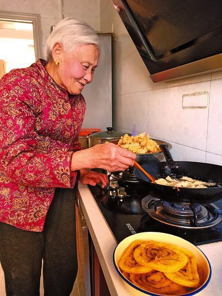李春凤老人在炸年糕。 记者 艾永华摄