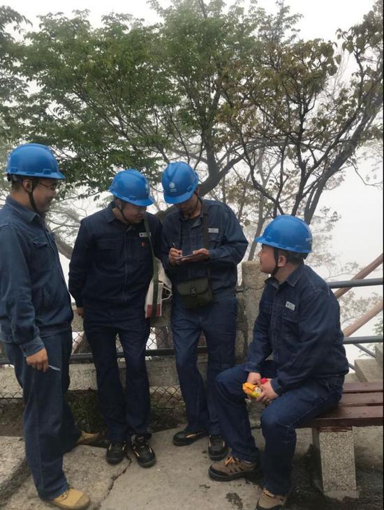 巡视华山线路间歇张宏强在给其他员工安排工作。