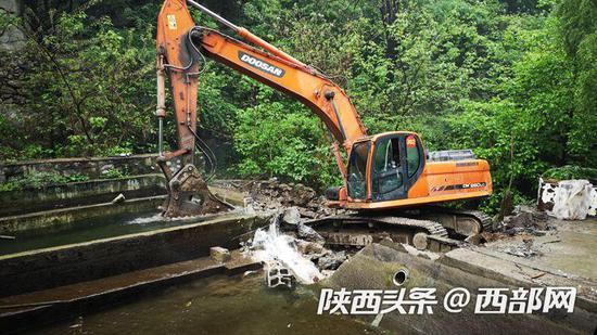 西安市鄠邑区依法对侵占河道的太平三桥峪亚伟鱼庄违规鱼池进行了拆除。