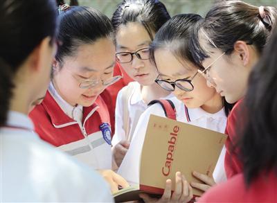 陕师大附中考点的考生考前商讨习题 记者 党运 摄