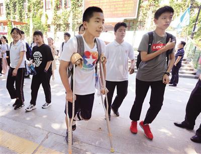 西安市第二十六中考点考生受伤坚持中考 记者 党运 摄