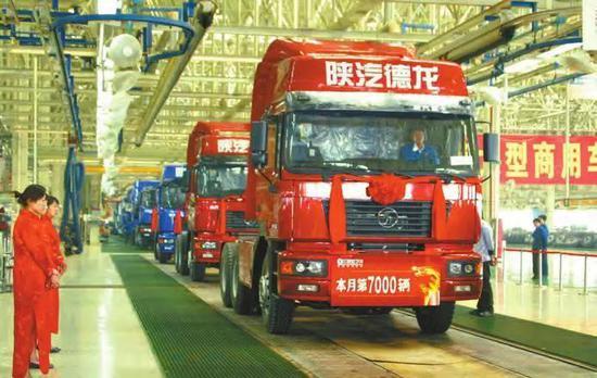 2007年3月30日,陕西重型汽车有限公司的重型卡车3月产销突破7000辆,创历史上单月产销新纪录。陕西日报记者 巨跃先摄