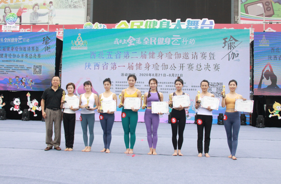 陕西省健身瑜伽协会主席金新刚为获奖运动员颁奖