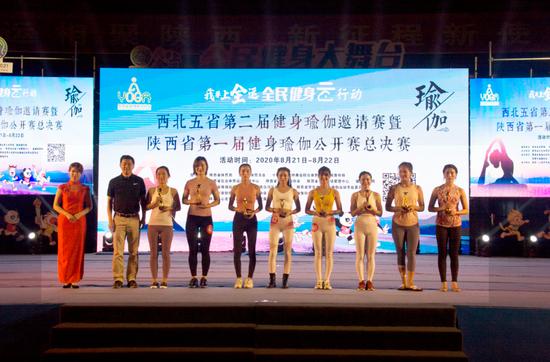 陕西省体育局副局长董利为获奖运动员颁奖