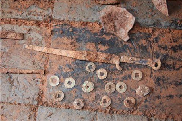 延安黄龙发现一座汉代古墓 出土精美陶器和钱币