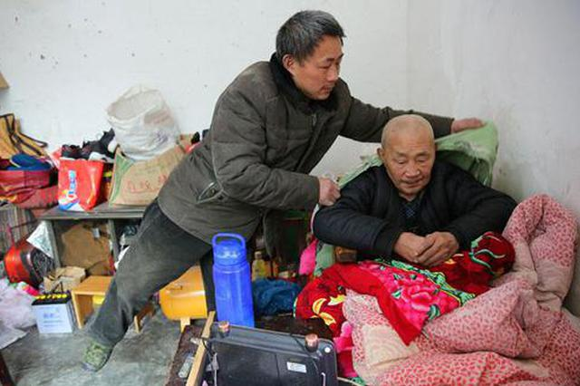 镇坪孝子伺候瘫痪父亲11年 做了一张能推老爸晒太阳的床