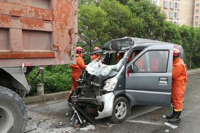 宝鸡发生一起车祸 面包车追尾大卡车致一死一伤