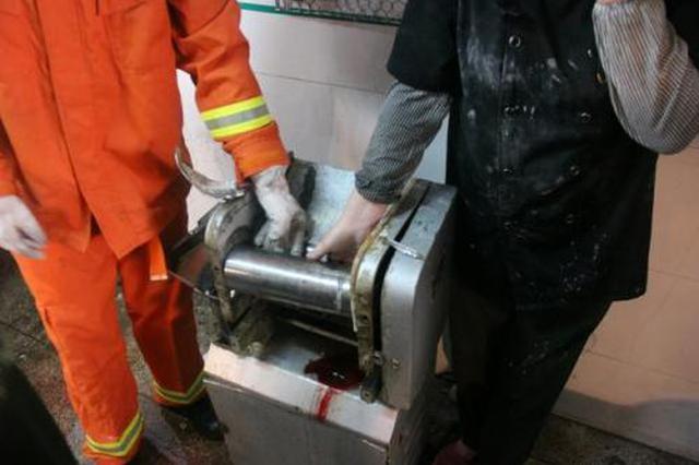 咸阳:女子操作失误手卡压面机 消防紧急施救
