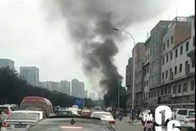 西安南三环一辆面包车发生自燃 无人员受伤