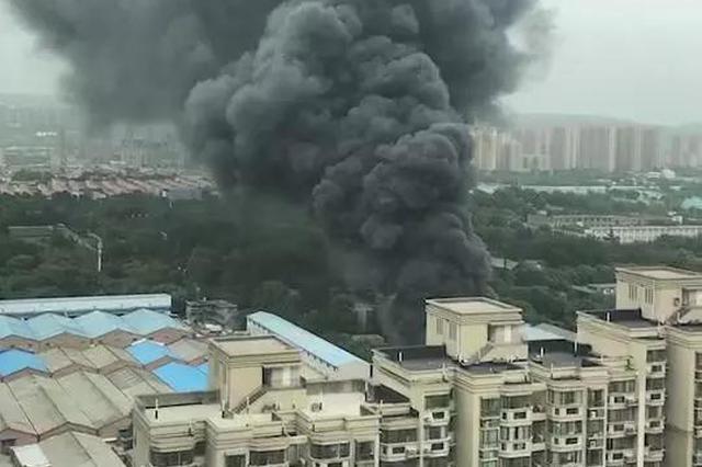 突发!西安城东一厂房突发大火 数十辆消防车紧急救援
