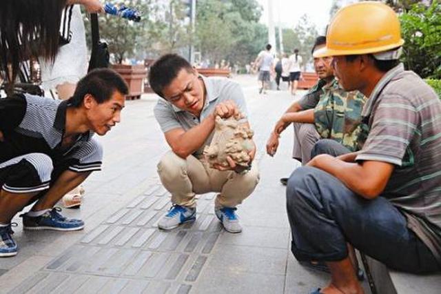 """""""农民工""""自称挖到文物 两市民花数千元买到假货"""