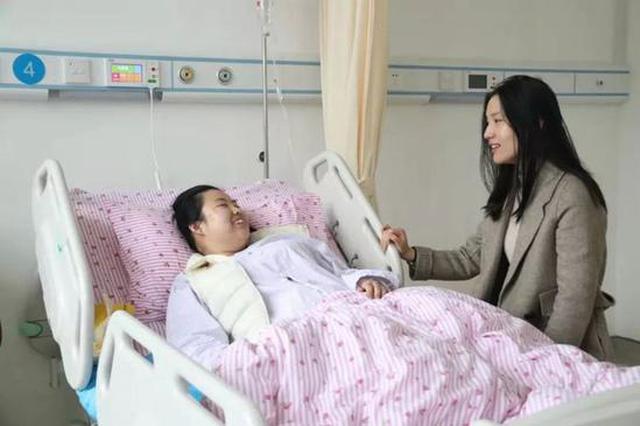 大学生因生病无法现场考研确认 工作人员进病房为其确认