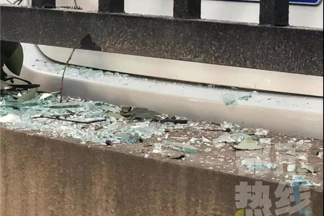 住户家中窗户深夜炸裂2人受伤 碎玻璃飞溅到七层楼下