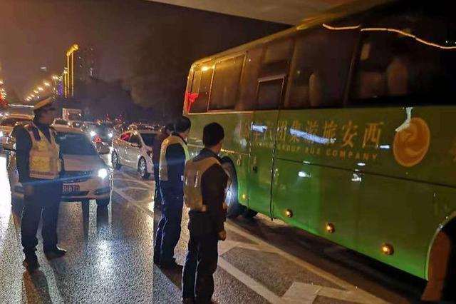 """大客车南二环""""崴脚"""" 公交""""120""""5分钟让道路恢复通畅"""