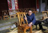 男子爬行50年蹲着做木匠