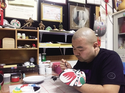 陕西男子17年画上千张秦腔脸谱 展示脸谱艺术