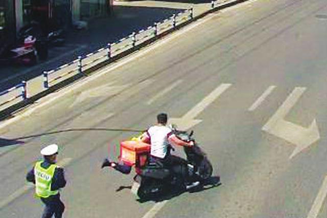 赶时间外卖小哥闯红灯 把辅警拖行十余米被刑拘