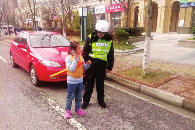 小女孩哭着求助辅警 30多个电话唤回粗心妈妈