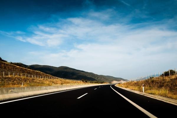 能充电的高速公路 电动汽车可边行驶边充电