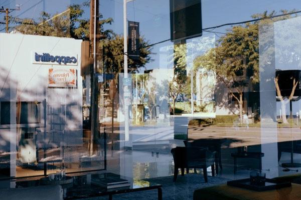 电影感的街拍画面 捕捉城市镜面中的光影瞬息