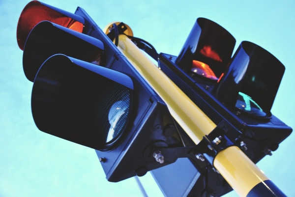 """闯红灯就喷湿你!交警原创""""过街彩虹""""引热议"""