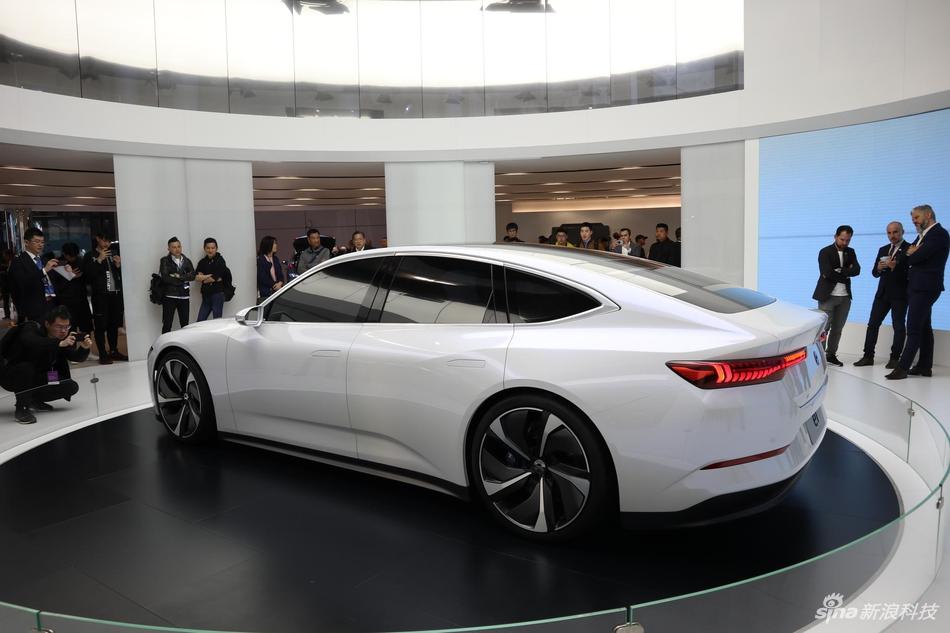 蔚来首款轿车亮相2019上海车展 李斌:一键加电像叫外卖一样简单