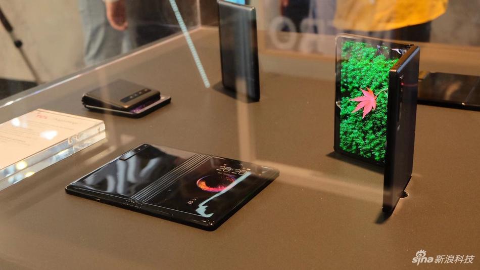 TCL展示自家三种形态的折叠手机:号称人人都能买得起