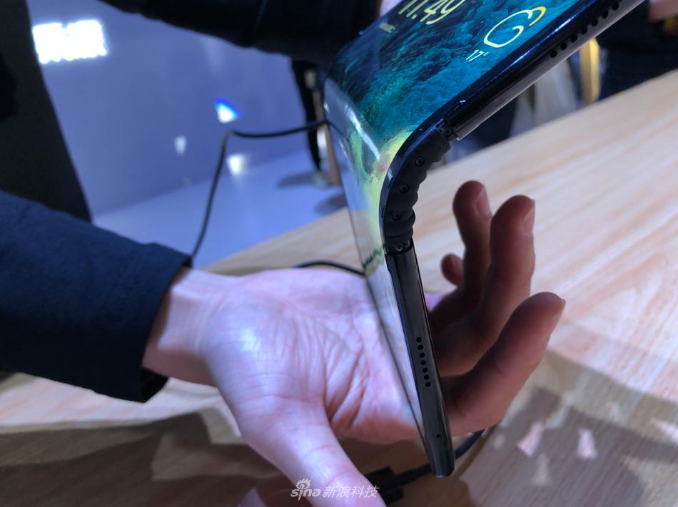 柔宇科技发布全球首款可折叠屏手机柔派:8999元起的照片 - 4