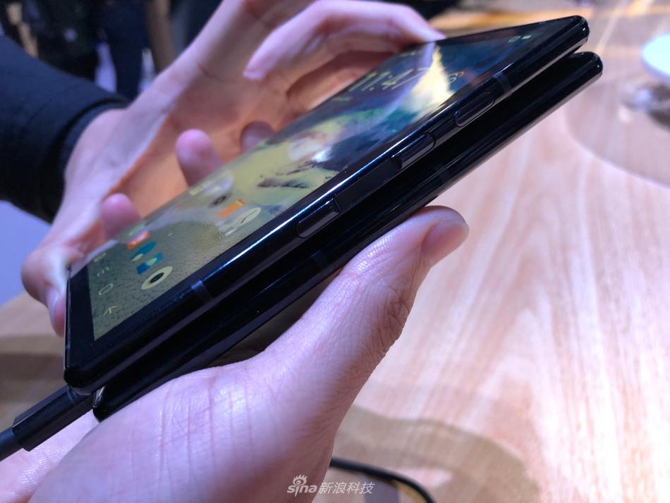 柔宇科技发布全球首款可折叠屏手机柔派:8999元起的照片 - 5