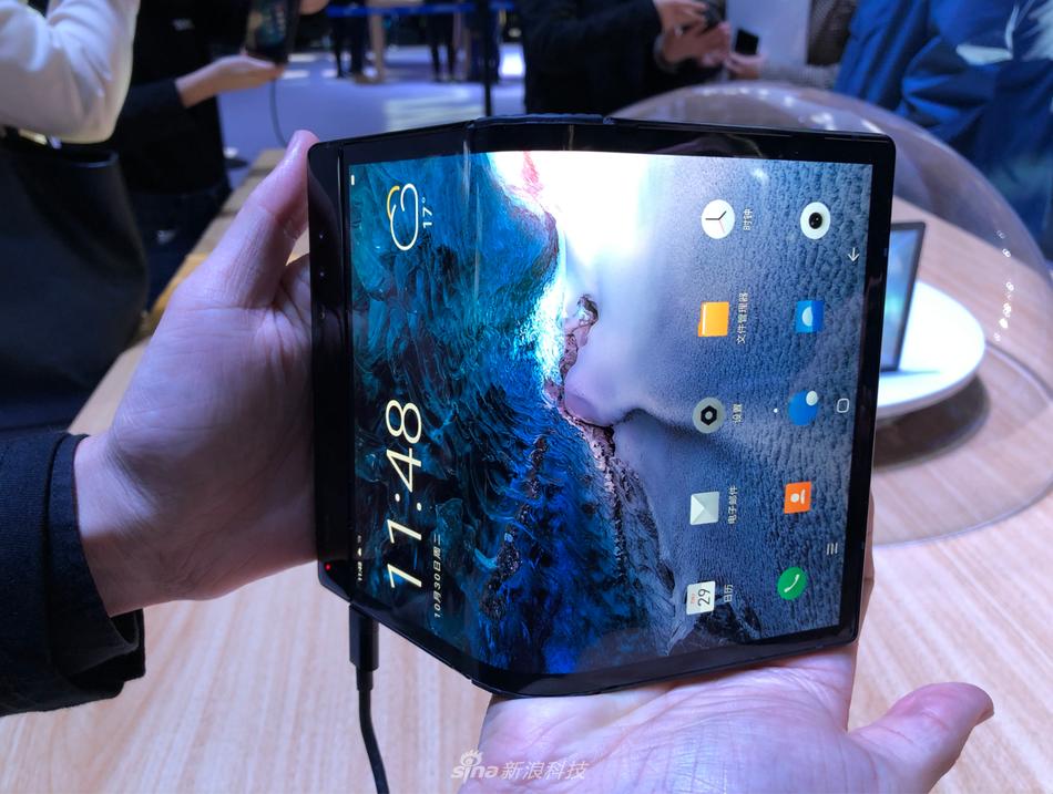 柔宇科技发布全球首款可折叠屏手机柔派:8999元起的照片 - 9