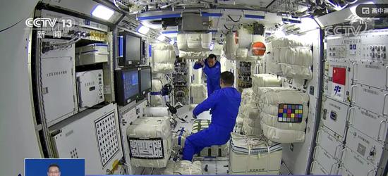 航天员进入空间站