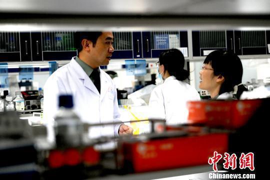 李涛博士与团队科研职员实行室。 岳恒冰 摄