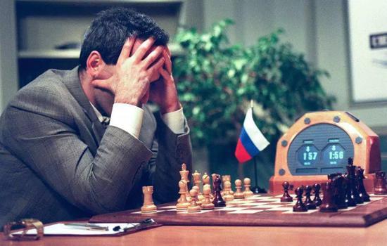 """上世纪末,IBM公司的柔件""""深蓝""""击败了俄罗斯国际象棋棋王卡斯帕罗夫,震惊世界"""