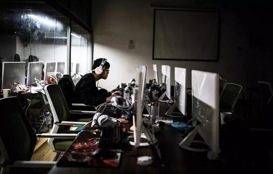 (南京一家电竞学院内正在演习的队员。图/视觉中国)