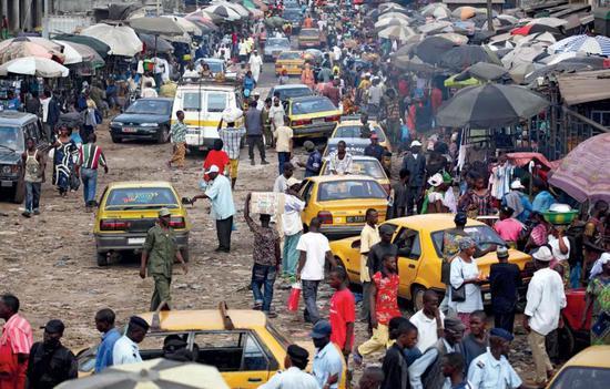 几内亚首都科纳克里的城市市场。城市化的进程无疑挑高了人口密度| Nature.com, Emmanuel Braun