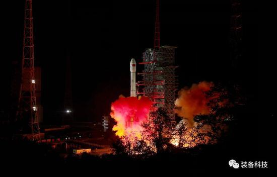 ▲搭载嫦娥四号探测器的长征三号乙运载火箭在西昌卫星发射中心点火发射。梁珂岩 摄