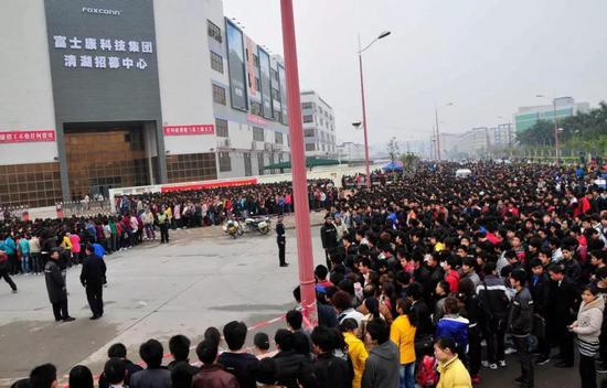 富士康深圳招募中心,排队应聘的工人,2011
